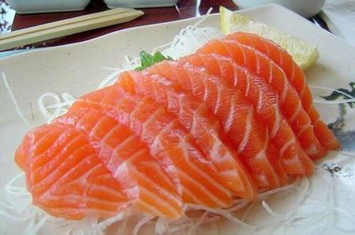 Gỏi cá hồi món ăn phổ biến trong ẩm thực Nhật Bản