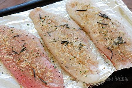 Rắc các gia vị lên trên mặt cá cho thấm đều